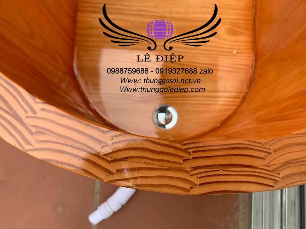 thùng tắm gỗ ngâm người